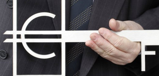 Euro nach rasanter Talfahrt auf Vierjahrestief
