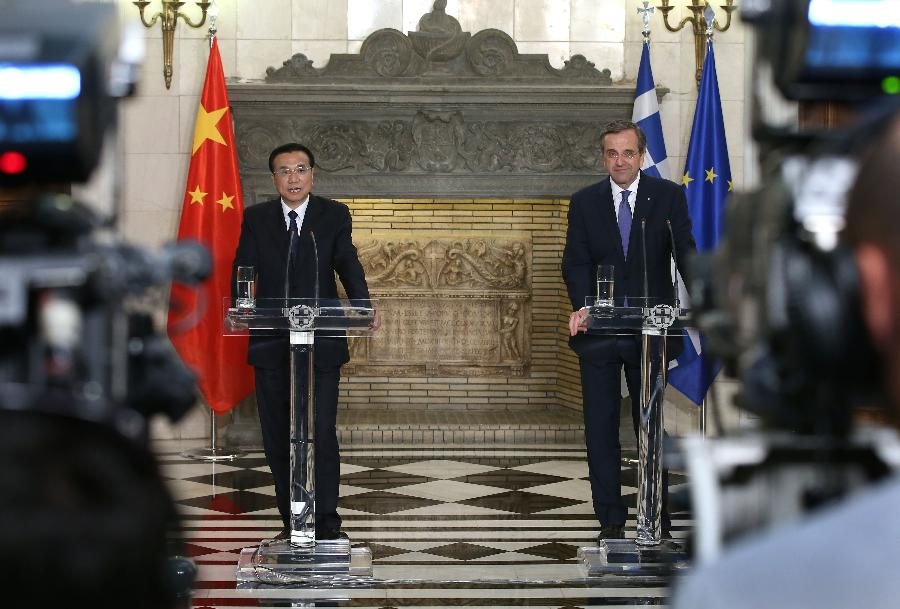 Chinese Premier Li Keqiang (L) in Athens with Greek Prime Minister Antonis Samaras