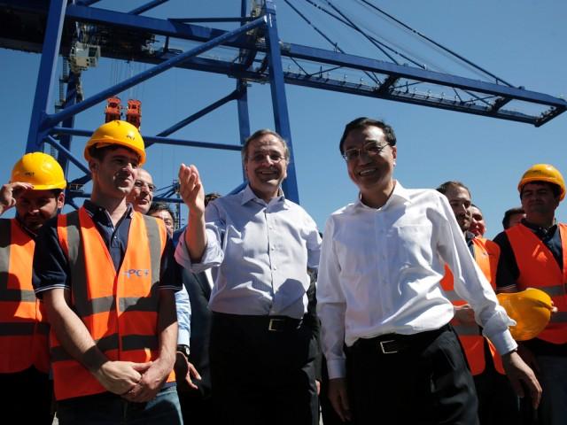 Greek Premier Antonis Samaras (C) with Chinese leader Li Keqiang in Piraeus