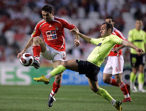 Karagounis playing for Benfica