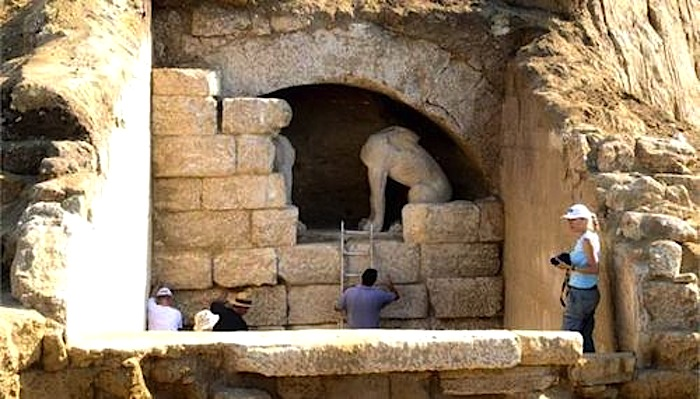 Archaeologists Ready to Enter Tomb in Amphipolis