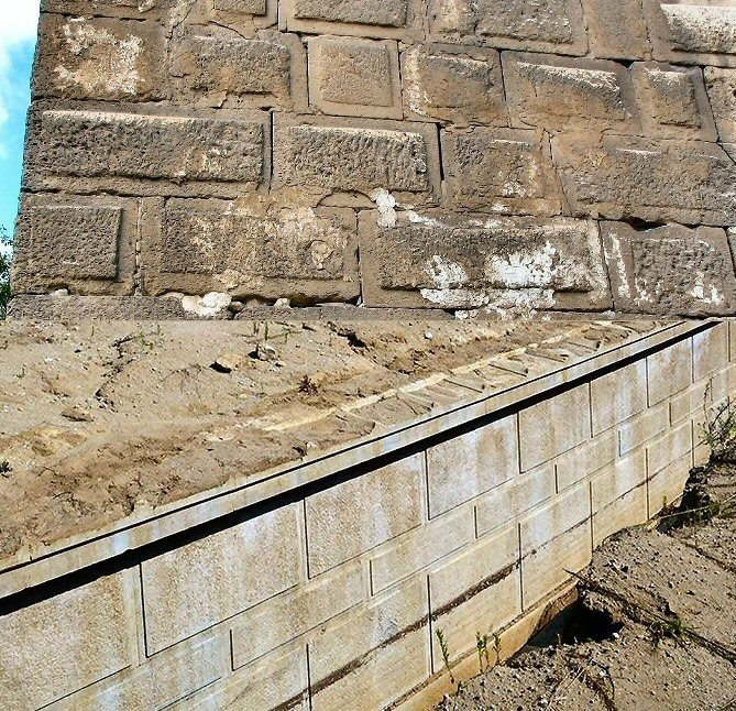 Figure 10. Oldest remaining fragment of the walls of Alexandria (above) showing the same band of drafting around the edges of the blocks as the blocks in the peribolos wall of the Amphipolis mound (below).