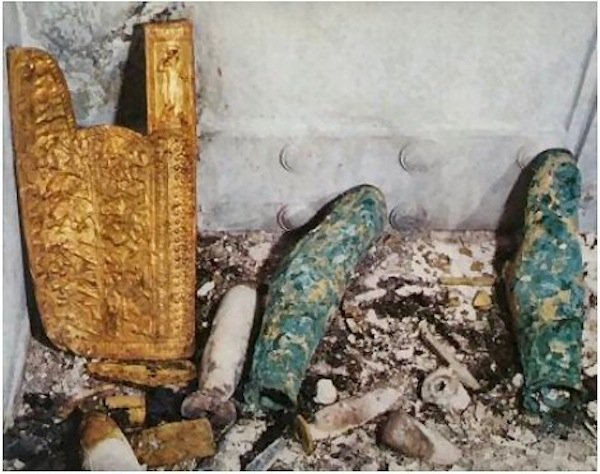 Figure 3. Warrior weapons in the antechamber of the tomb of Philip II presumed to be the property of the queen buried within the same room.