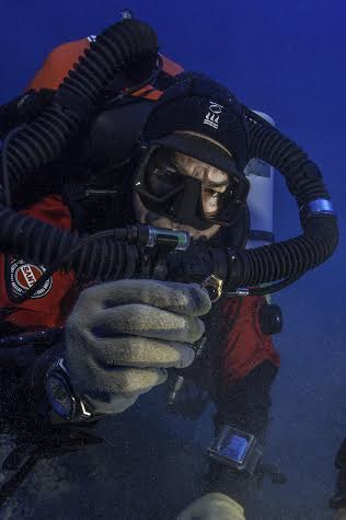 Φωτογραφία που δόθηκε σήμερα στη δημοσιότητα και εικονίζει δύτες να ερευνούν στο ναυάγιο των Αντικυθήρων. Από 22 Μαΐου μέχρι 11 Ιουνίου 2016 η επιστημονική ομάδα της Εφορείας Εναλίων Αρχαιοτήτων και του αμερικάνικου Ωκεανογραφικού Ινστιτούτου Woods Hole, η οποία ερευνά το Ναυάγιο των Αντικυθήρων, ολοκλήρωσαν μια ακόμα ερευνητική αποστολή με ιδιαίτερα ενδιαφέροντα αποτελέσματα. Τα 60 περίπου ευρήματα βρέθηκαν σε -55μ βάθος και έχουν ως εξής: Ένα δεύτερο χάλκινο δόρυ με την αιχμή, σε συνέχεια του πρώτου που εντοπίστηκε το 2014, τέσσερα θραύσματα μαρμάρινων αγαλμάτων, από τα οποία ξεχωρίζει ένας καρπός αριστερού χεριού. Η απόληξη ενός ποδιού από ξύλινο έπιπλο με χάλκινη επένδυση, θραύσματα από γυάλινα αγγεία και άλλα από φυσητό γυαλί τύπου millefiori, αμφορείς, μία λάγυνος, μία οινοχόη και ένα χρυσό δακτυλίδι είναι μερικά από τα σημαντικότερα ευρήματα. Ιδιαίτερα διαφωτιστικά είναι τα στοιχεία του ίδιου του πλοίου, όπως καρφιά διαφόρων τύπων, μάζα ρητίνης, φύλλα από την επιμολύβδωση του σκάφους, τυλιγμένα ή διπλωμένα μολύβδινα ελάσματα, ένας μολύβδινος σωλήνας, πιθανόν από την αντλία υδάτων (σεντίνες) του πλοίου και ένα μολύβδινο βάρος (αντίβαρο;) 100 περίπου κιλών. Τετάρτη 15 Ιουνίου 2016. ΑΠΕ-ΜΠΕ/ΥΠΟΥΡΓΕΙΟ ΠΟΛΙΤΙΣΜΟΥ/STR