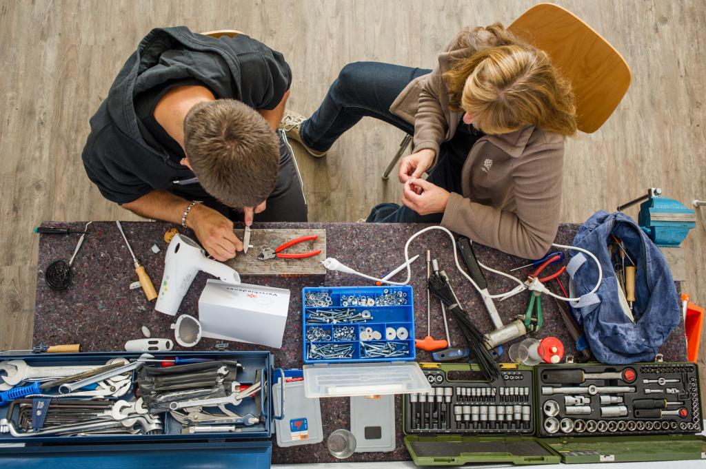 Repair-Cafe im Saselhaus, honorarfreier Abdruck nur in Absprache mit Kristina Deselaers (040-27872808, www.repaircafe-sasel.de)