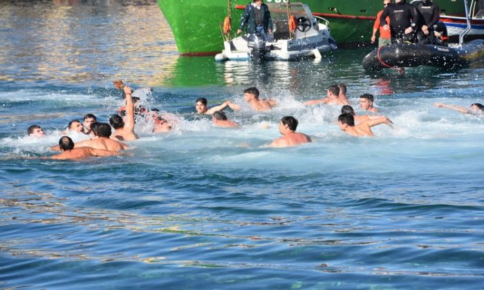 The ceremony started early this morning, with a Holy Mass celebrated in the Cathedral of the city, on Chalidon Street. At the same time, a group of men (and a woman) were getting ready at the old Venetian port to dive into the clear waters and rescue the cross, in the hope of a blessed 2018.