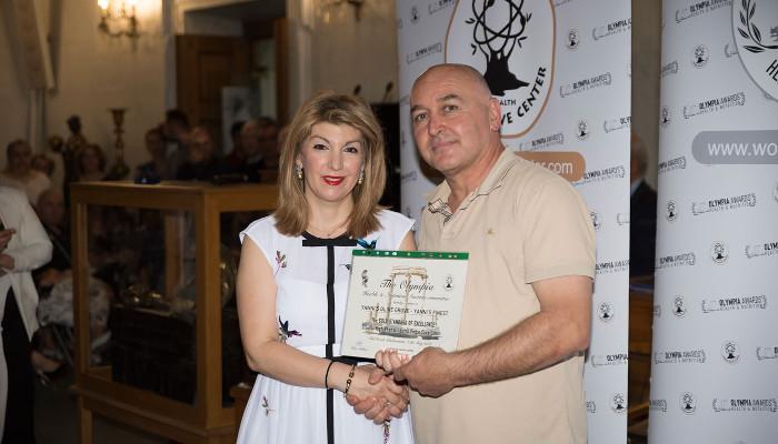 Dr. Eleni Melliou presenting an award to Ioannis Prodromou of Yianni's Olive Grove