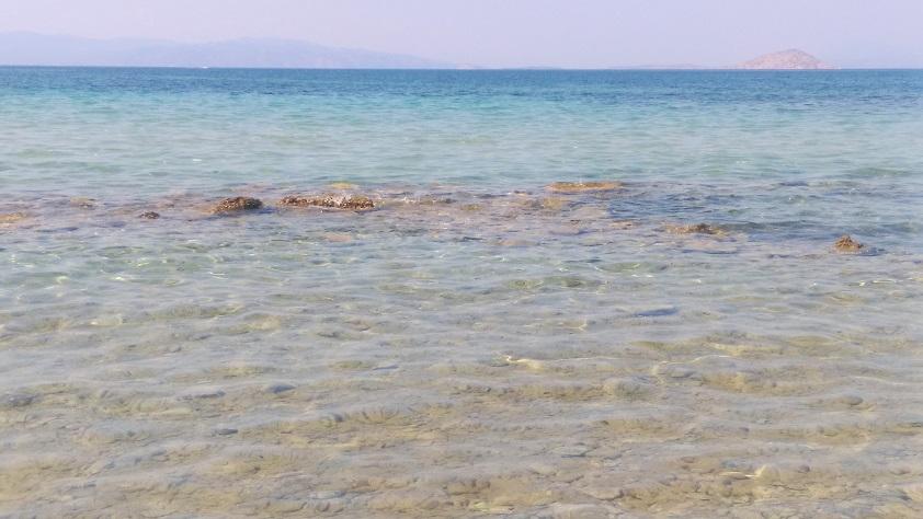 Αρχαία ερείπια που βρέθηκαν σε ρηχά νερά, στην παραλία της Αίγινας Κολώνα.