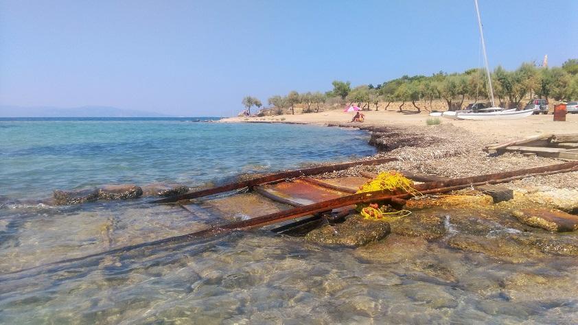 Η παραλία Avira, η τοποθεσία του αρχαίου μυστικού λιμανιού της Αγίνας, όπου επικεντρώνεται η θαλάσσια αρχαιολογική έρευνα.