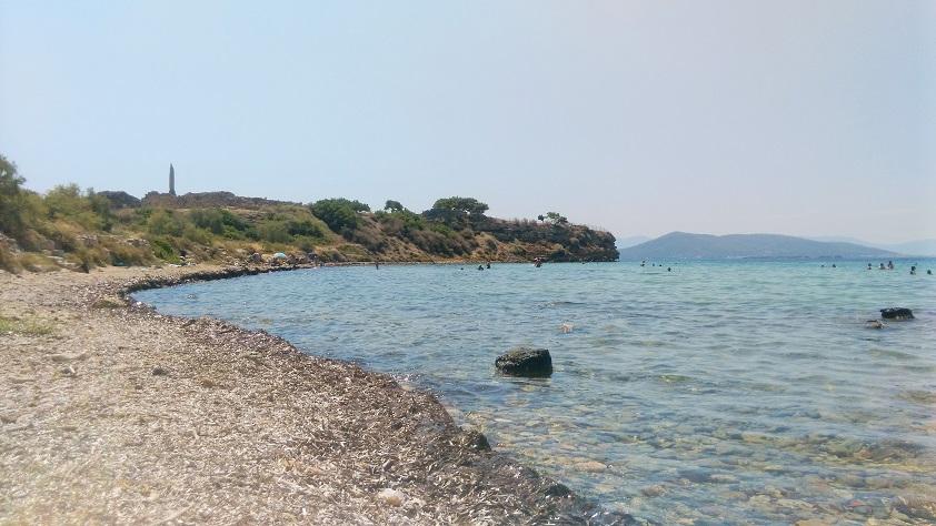 Άποψη του ναού του Απόλλωνα στην Ακρόπολη της Αγίνας από την παραλία της Κολωνίας.