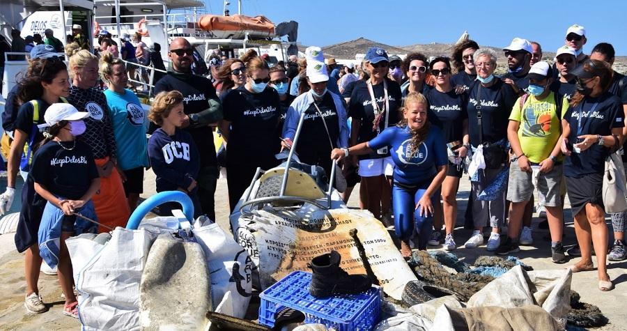 Volunteers clean sea at Delos